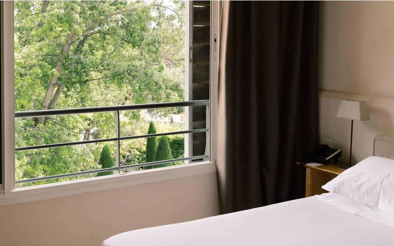 Vue de la chambre et de la fenêtre avec un aperçu du jardin verdoyant, hotel à saint remy de provence, Hôtel de L'Image.