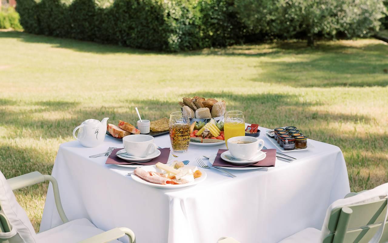 Déjeuner sur une table dans le jardin, hotel restaurant saint remy de provence, Hôtel de L'Image.