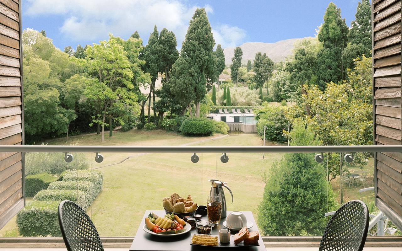 Petite déjeuner sur la terrasse avec une belle vue sur le jardin, hotel restaurant saint remy de provence, Hôtel de L'Image.