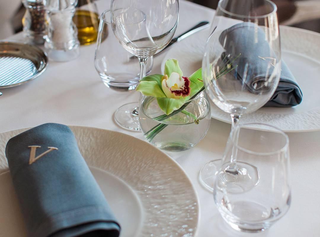 Décoration de la table du restaurant vallon de valrugues