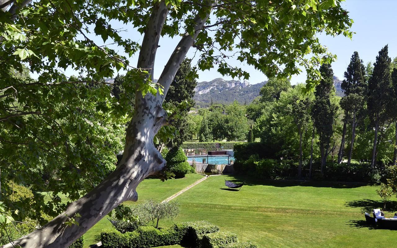 Jardin verdoyant hôtel de charme avec une jolie vue en Provence
