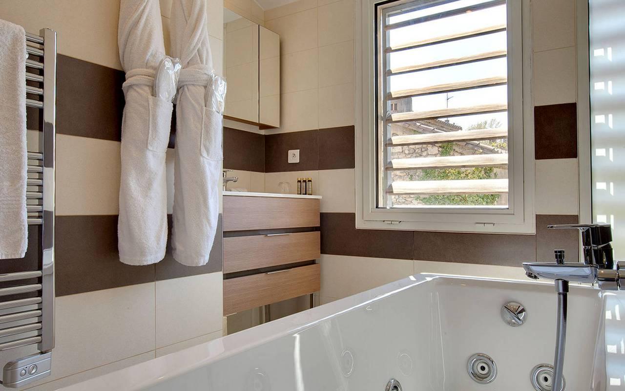 Chambre de luxe avec salle de bain et baignoire, hôtel luxe St-Remy-de-Provence, Hôtel L'Image.