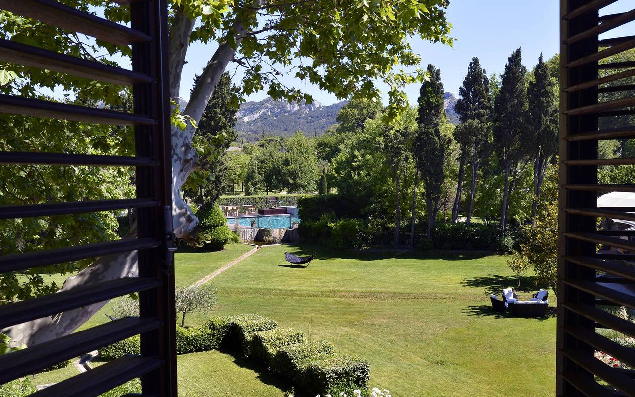 Jardin luxuriant hôtel de charme en Provence
