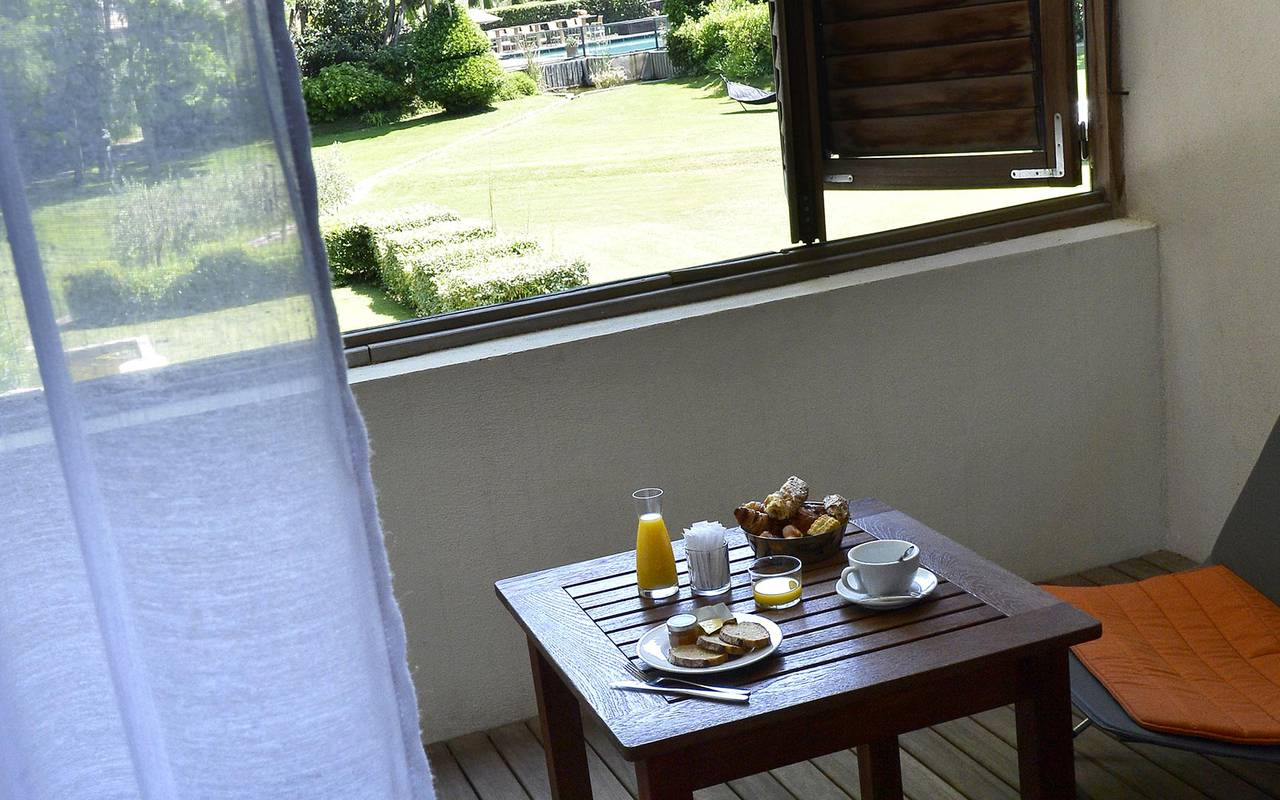 Chambre avec splendide terrasse et petite table pour déjeuner, hôtel luxe provence, Hôtel de L'Image.