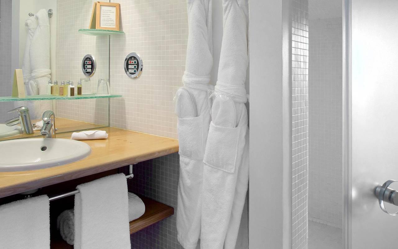 Salle de bain blanche hôtel de charme pour toute la famille en Provence