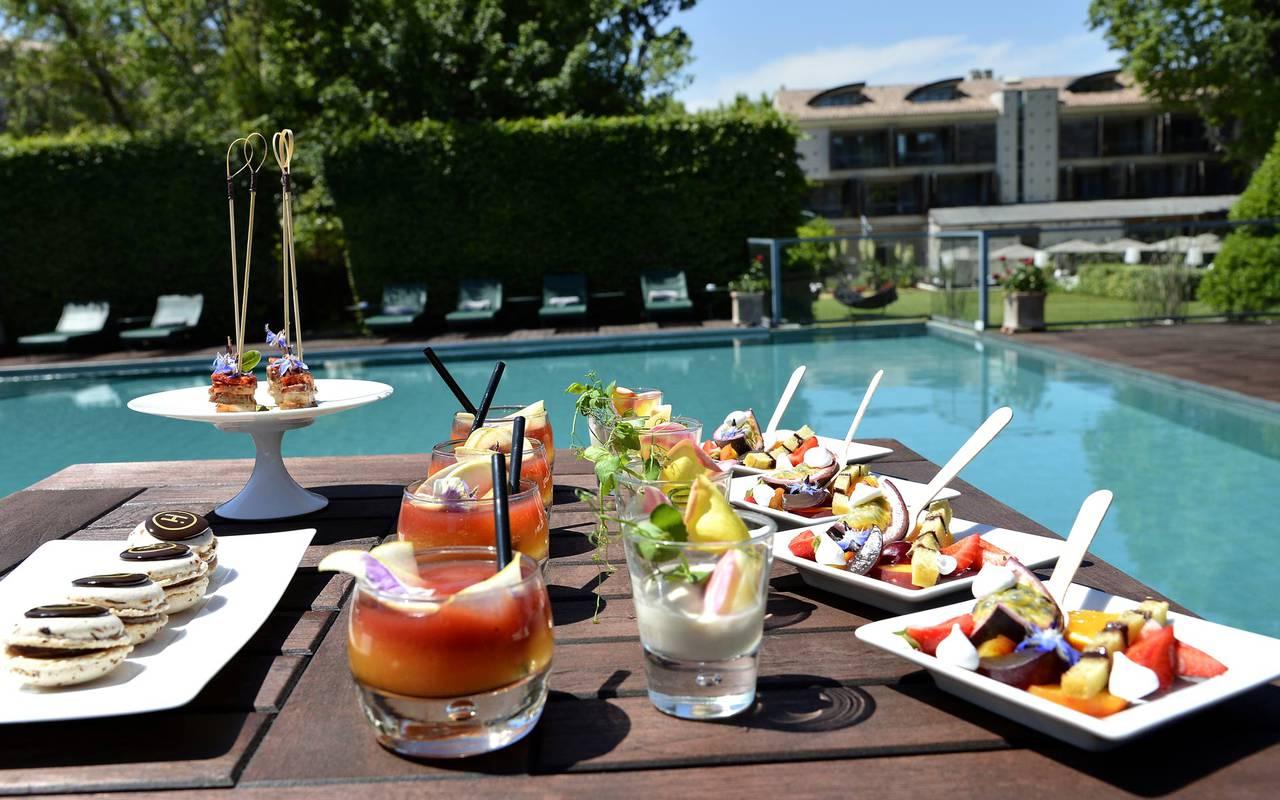 Manger autour de la piscine avec buffet gourmand, lieux mariage provence, Hôtel de L'Image.