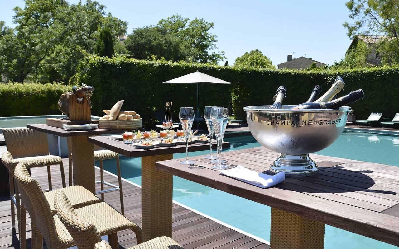 Apéritif autour de la piscine hôtel en Provence