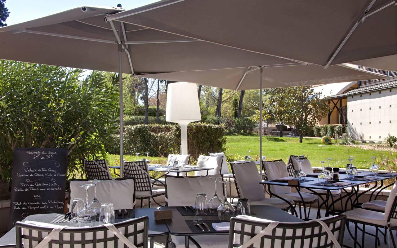Repas sur notre terrasse à l'ombre dans le jardin, Séminaire Saint-Rémy-de-Provence, Hôtel de L'Image.